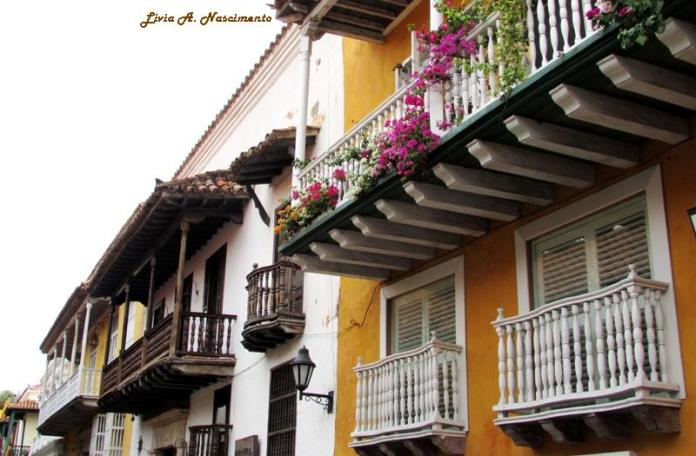 A typical Cartagena house: colors and flowers are all around!